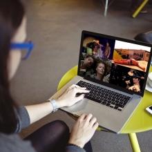 Une jeune femme consultant son ordinateur portable.